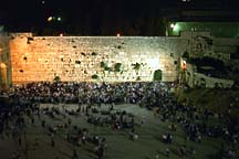 [ View of the crowd at the Kotel on Tisha B'Av from the Pardes balcony ]